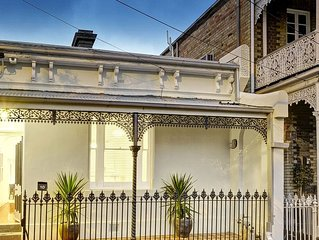 Stylish, 2 bedroom Victorian terrace, 1860's old charm & modern renovation!