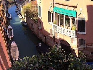Ca' Fortuna - canal, balcony, gondolas!