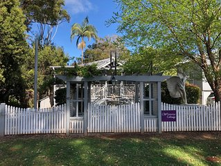 Wisteria Cottage in the heart of Mount Tamborine - dog and cat friendly