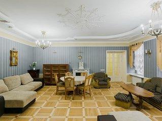 Barocco style 3-bedroom 2-bathroom apartment near the Hermitage!