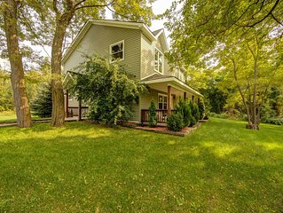 6 Bdrm VERY PRIVATE Cottage on 10 acres, Outdoor Hot Tub, 2 min drive to Private