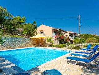 Dolphin Villa 2: Swimming Pool, Walk to Beach, Sea Views, A/C, WiFi