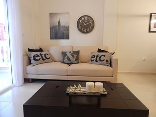 Stylish modern apartment; pool view, central location; family friendly; golf