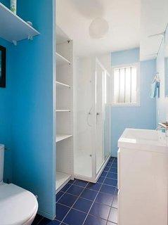 Salle d'eau avec douche, lavabo et toilettes