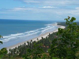 chalés com vista para o mar situado há 300 metros de um charmoso vilarejo .