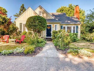 Cheerful home with patio & yard - walk to parks, trails & Hayward Field!