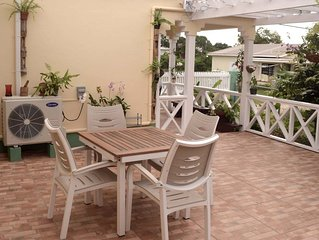 Tropical garden cottage -private with patio & courtyard, wifi, kitchen, bd/room