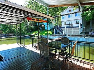Lakefront Home, Killer Dock! Big Deep-Water Cove. Sleeps 14 + Min Age to rent 25