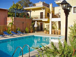 7 bedroom Villa, sleeps 10 with Pool, Air Con, FREE WiFi and Walk to Shops