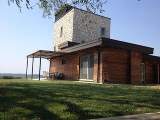 Villa moderna panoramica con piscina, cima di collina, giardino e bosco