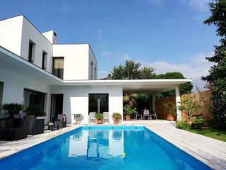 belle villa moderne avec piscine chauffée proche: mer,golf, tennis et commerces