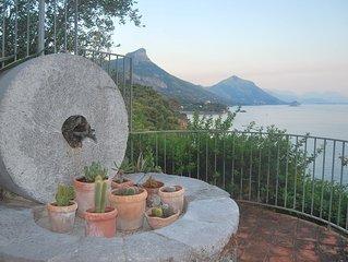 Appartamento panoramico con terrazza, ampio giardino e discesa a piedi al mare