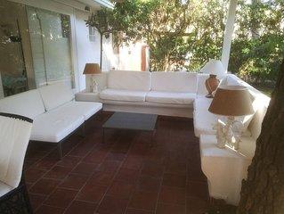 Villa con guardiania H24, veranda, spiaggia, golf.