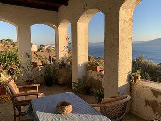 Grande maison, magnifique vue mer et Péloponès, 15min à pied d'une jolie crique