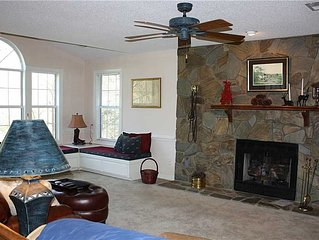 Romantic Luxury Cabin, Fireplace, Meadow Views & Private Hot tub on Deck