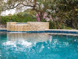 Absolutely Charming Southern Serenity, pool and hot tub access, walking distance