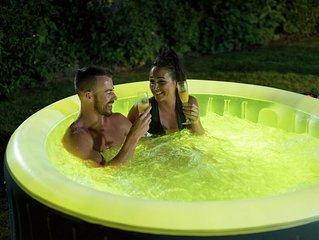 Cosy romantic cottage, hot tub, breakfast hamper, 4-Poster bed, Alexa smart home