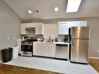 Renovated 3 Queen Bed Apartment w/ FREE Parking!