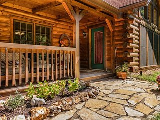 Secluded Elegant Cabin, Hot Tub, near Branson Shows and Big Cedar Whispering Pin