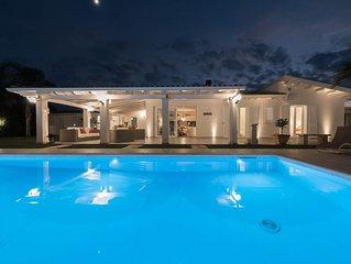 Boutique villa a pochi passi dalla spiaggia, con splendida piscina e giardino.