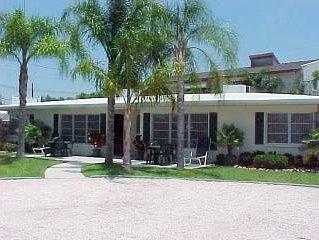 2 Minute Walk to Siesta Beach (really)   Great value, great location !!!