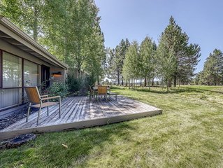 Stylish condo w/ SHARC passes, deck & golf course and mountain views!