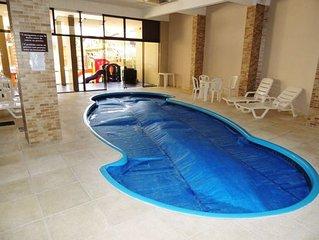 Apto. decorado, dois dormitórios, prédio com piscina