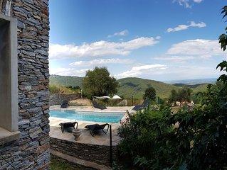 Villa avec piscine privee, avec vu sur la mer, dans un petit village.