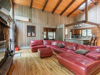 Beautiful Rustic Cabin! Pool Table, 6 TVs, WiFi, Linens,TiVo/NetFlix/Hulu, A/C