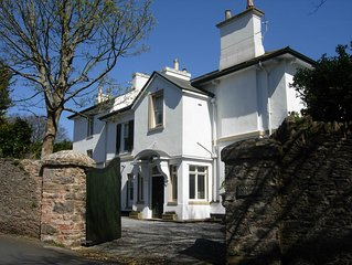 Elegant, spacious Villa, sleeps 4. Walk to harbourside restaurants & bars