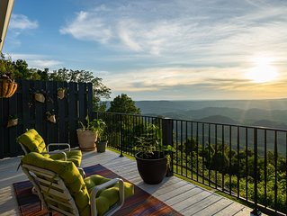 Lookout Mountain Brow Home. Large Sunset Deck, Covered Hot Tub, Screened Porch.
