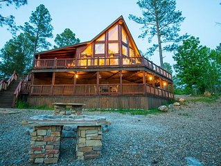 Starry Respite: Sleeps 9, Hot Tub, WiFi, 3 Fireplaces, Ping Pong, Foosball, Pets