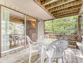 Cozy condo located at base of Sugar Mountain w/forest views, close to slopes!