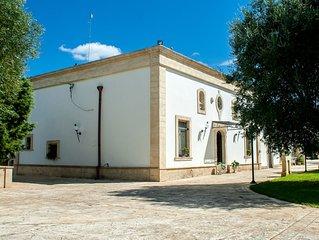 Antica ed elegante residenza del '700 con piscina, a pochi km dal centro abitato