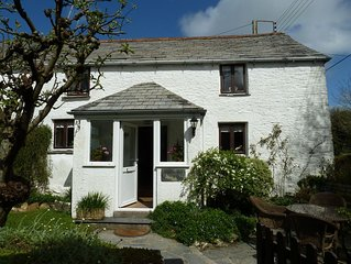 Romantic cosy cottage, pet friendly with pretty garden near Padstow and beaches