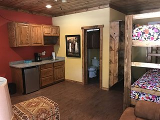 2-bdrm 3-bath, 5-star, Guest Cottage right on the Banks of the Frio River
