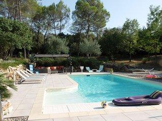 Aile privee dans villa provencale avec piscine chauffee dans grand parc boise