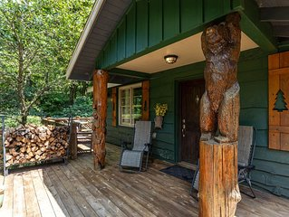 Bear Bungalow - 1 mi. from Main Street Blowing Rock! Hot Tub - Pet Friendly - Fe
