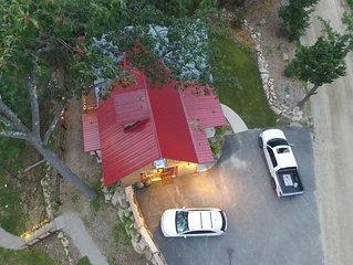 Spacious 3 Level Lodge!Lg Firepit, Private backyard, Mtn views, Dog Friendly!