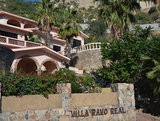 Villa with PRIVATE POOL and GREAT VIEW of the water. In Pedregal with security