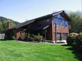 Winchuck River Lodge: family friendly space , hot tub, loft, yard, beach access