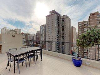 Elegant downtown apt. w/balcony & shared pool, near museums, parks, restaurants!