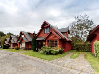 Rustic getaway w/shared tennis and pool, mountain views and near downtown Pucon!