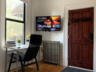 Charming Bright Apartment, Parking, 20 mins to NYC