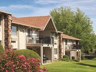 Afton, OK: Grand Lake - 2 Bedroom Twin - Condo w/Fireplace, Resort Pool & More!