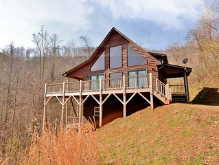 Spacious 3/3 Cabin - Mountain Views , HOT TUB, Game Room & Wi-Fi!