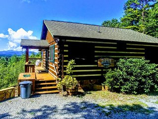 Mountain Views! Romantic, cozy luxury cabin; Hot tub, wifi, Sat TV, mins from BR