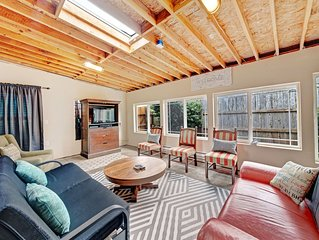 Dog-friendly house w/ gas fireplace - walk to Nye Beach district & ocean!
