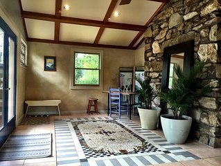 Peaceful, sun room, gas fireplace, pet friendly, gardens, close to Asheville