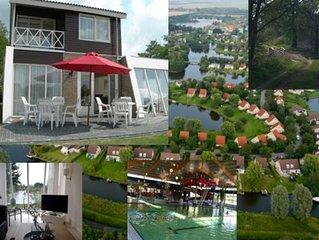 Freist. 8 P. Villa mit Terrasse und Garten am Wasser, gratis Wlan + Schwimmbad